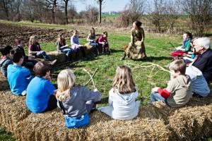 interactief natuurtheater bij bomenplantactie met Bos+